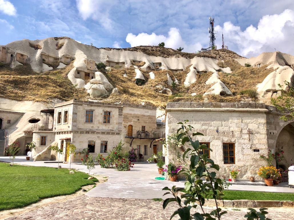 Kappadokien Reise, Aussicht auf schönes Hotel in Felsen gebaut