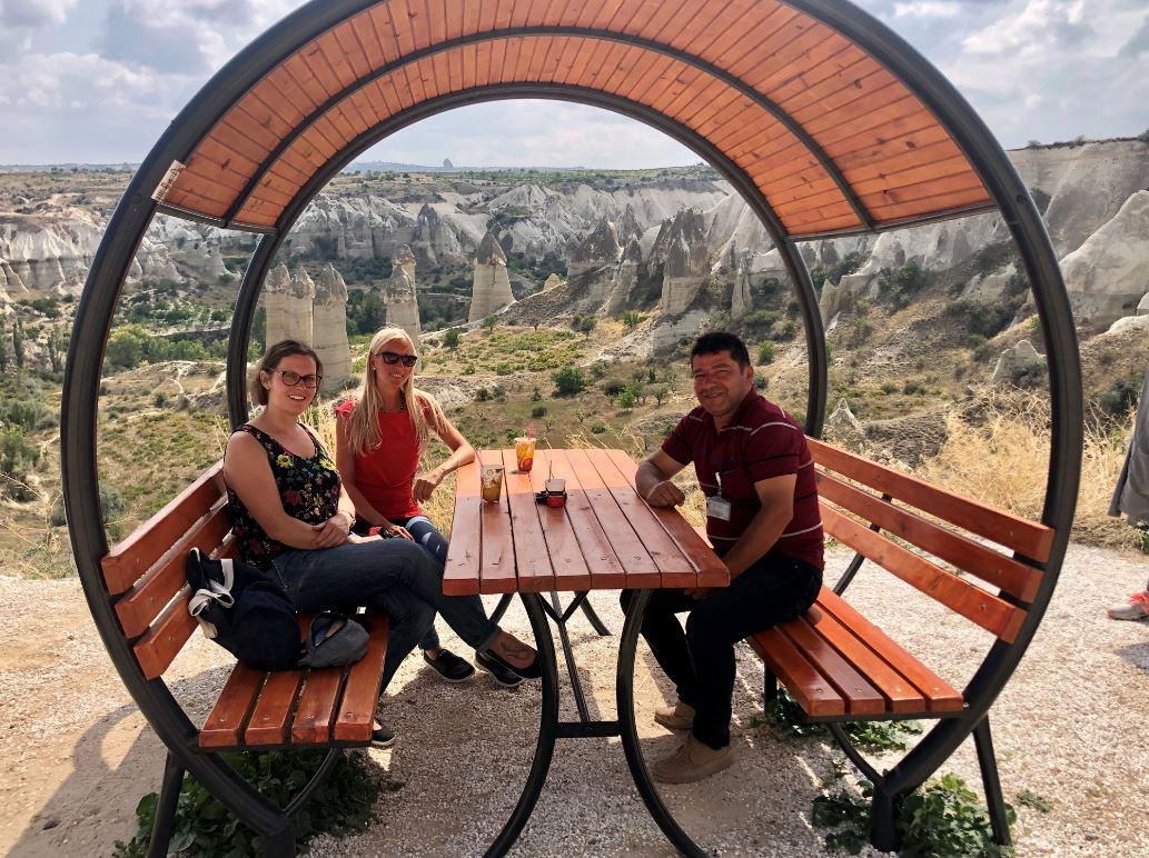 Kappadokien Reise mit einem Reiseleiter, 2 Frauen mit Reiseleiter im Love Valley