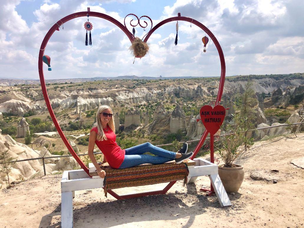 Love Valley Kappadokien, Frau sitzt vor großem Herz