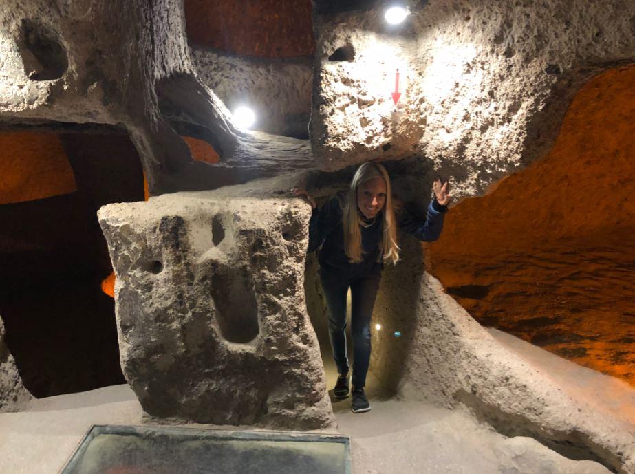 Unterirdisches Dorf Kaymakli, Frau steht in Höhle