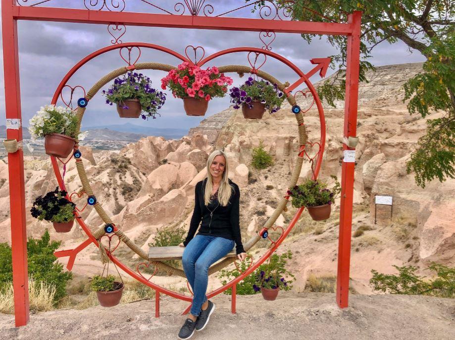 Red Rose Valley, Frau sitzt in dekoriertem Herz