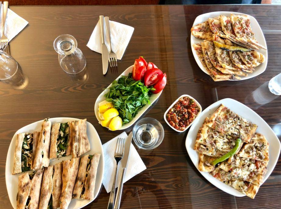 Restaurants in Kappadokien, verschiedene Speisen auf Tisch