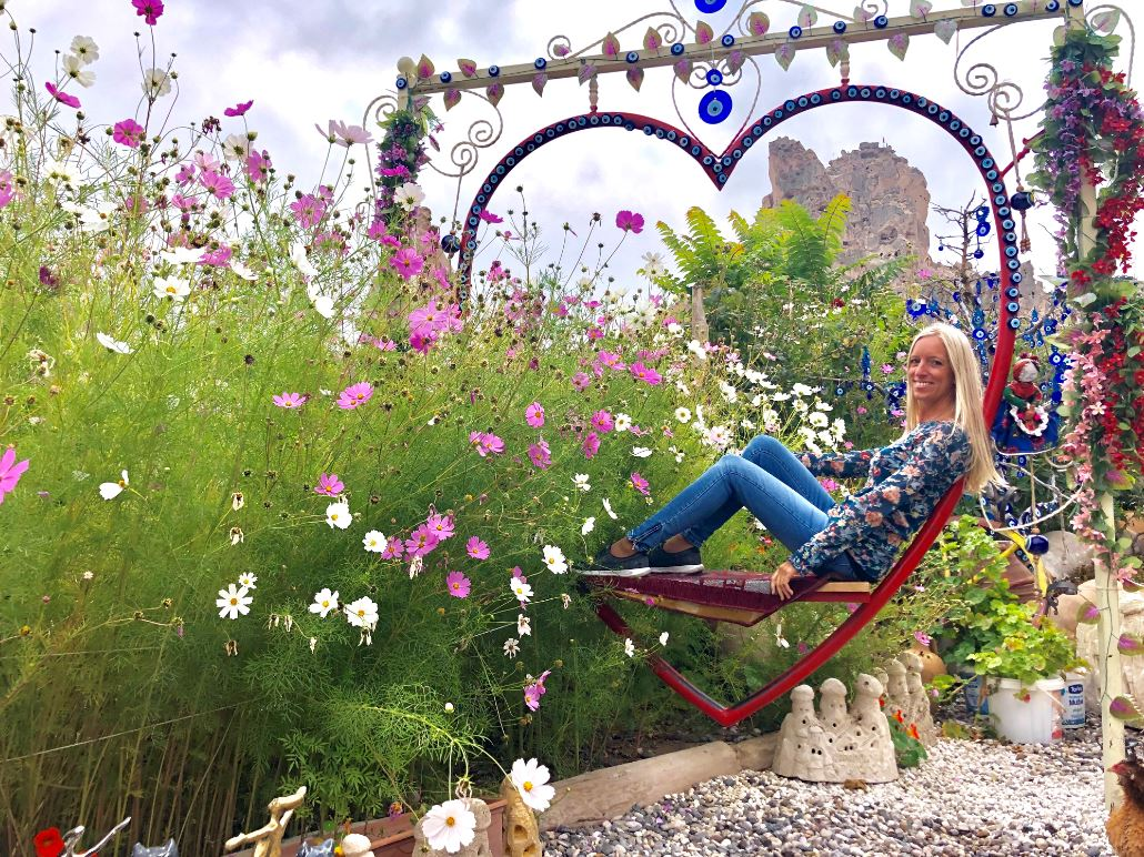Fotokulisse im Taubental, Frau sitzt in dekoriertem Herz