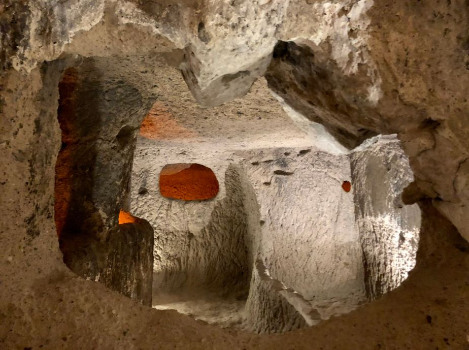 Unterirdisches Dorf Kaymakli, Höhlen aus Stein