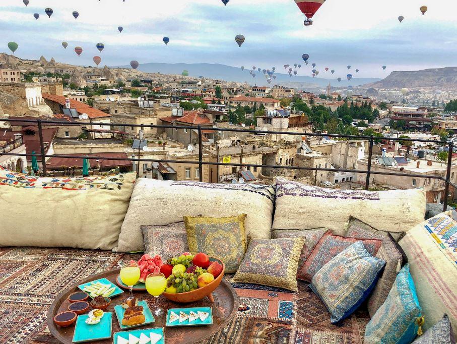 Vegane Restaurants in Kappadokien, gedeckter Frühstückstisch mit Ballons im Hintergrund