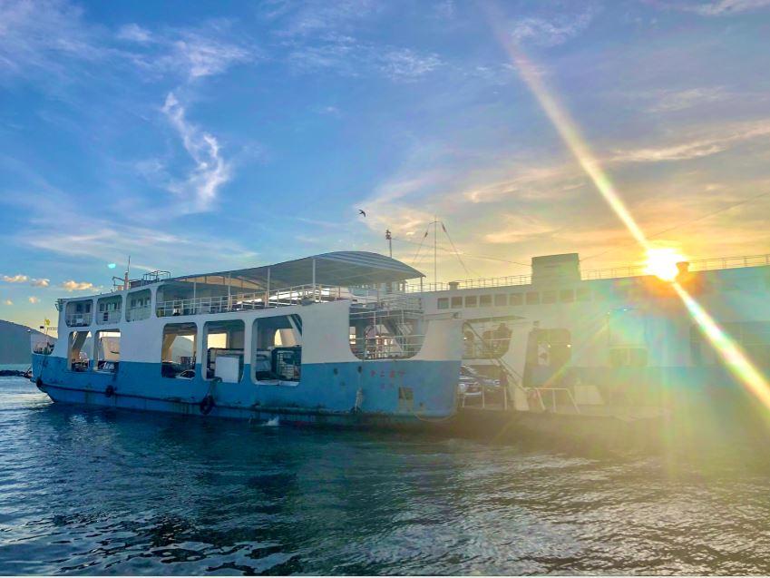 Blau-weiße Autofähre nach Koh Chang bei Sonnenuntergang