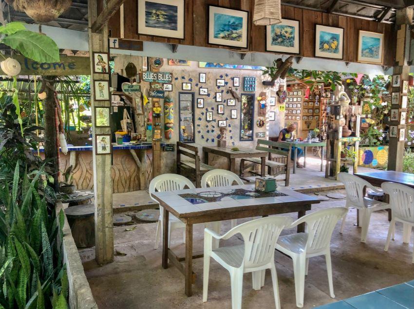 Das Restaurant Blues Blues, weiße Plastikmöbel mit künstlerisch dekorierten Wänden