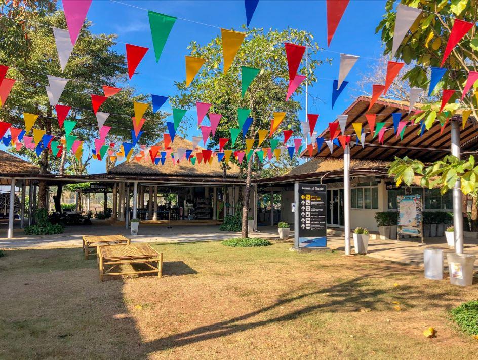 Flughafen Trat in Thailand, Ansicht der Gartenanlage mit bunten Fähnchen