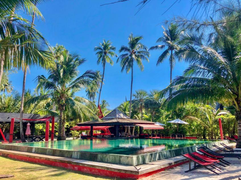 Shambhala Beach Bar Koh Chang, Blick auf Pool mit Bar unter Palmen