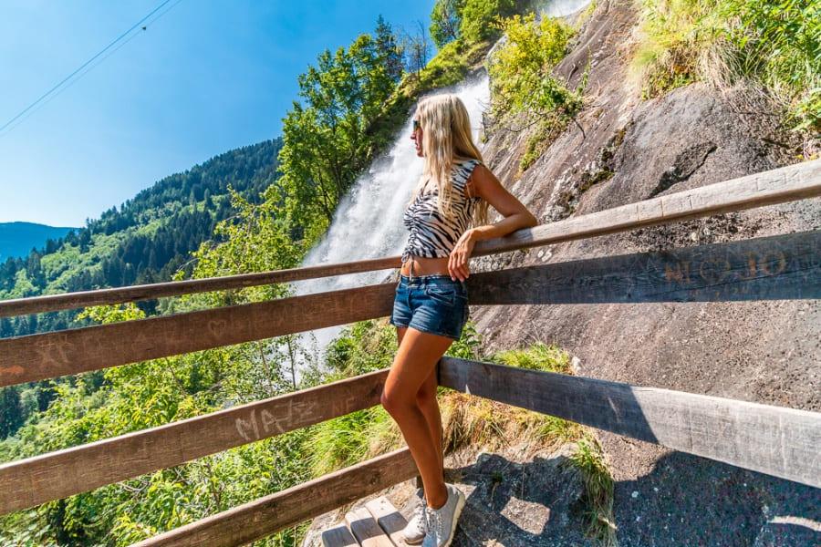 Frau steht vor Partschinser Wasserfall