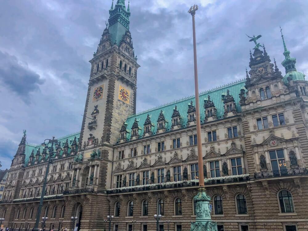 Blick auf Hamburger Rathaus mit wolkigem Himmel