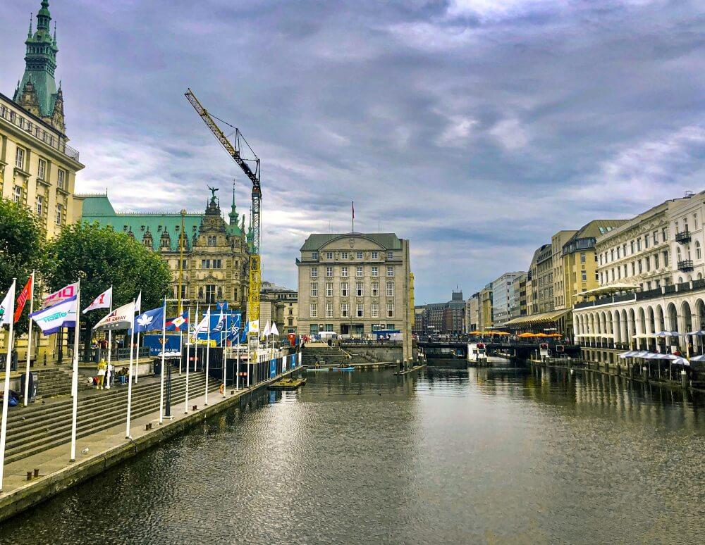 Der Jungfernstieg in Hamburg, Blick auf Wasser und Flaggen am Wegrand