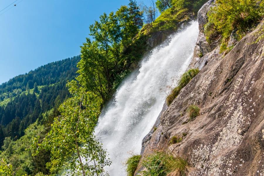 Der Partschinser Wasserfall in der Nähe des Hotels Botango, Blick auf Wasserfall und Felsen