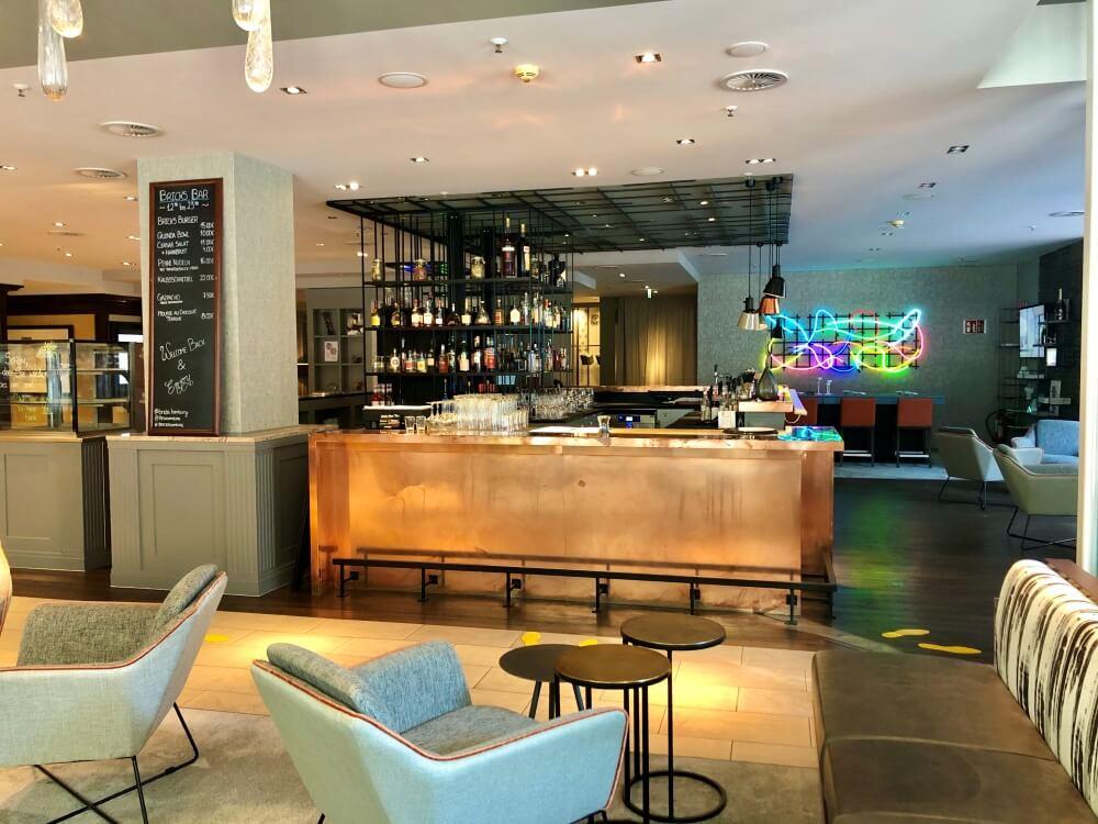 Blick auf moderne Bar im Renaissance Hotel Hamburg