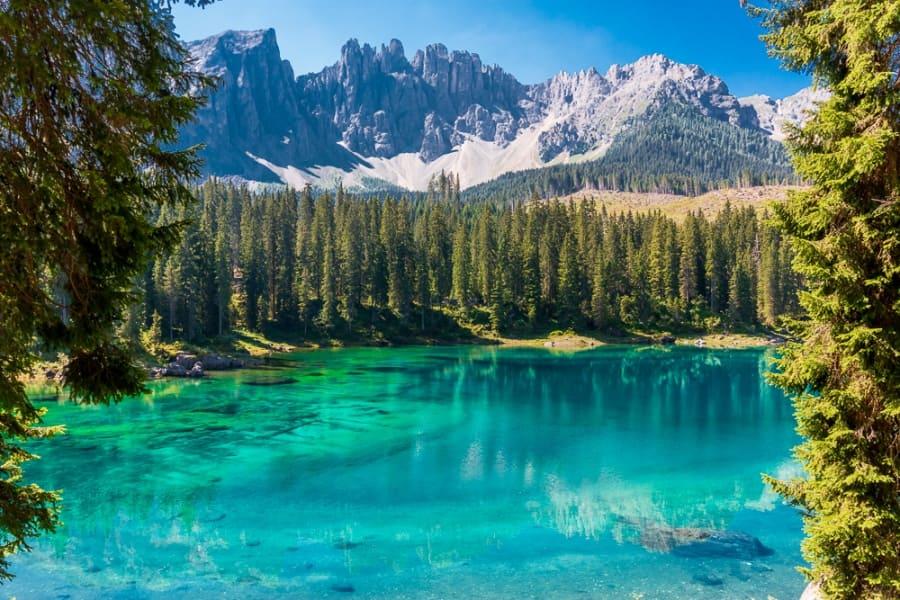 Türkis-blauer Karersee in Südtirol vor den Dolomiten