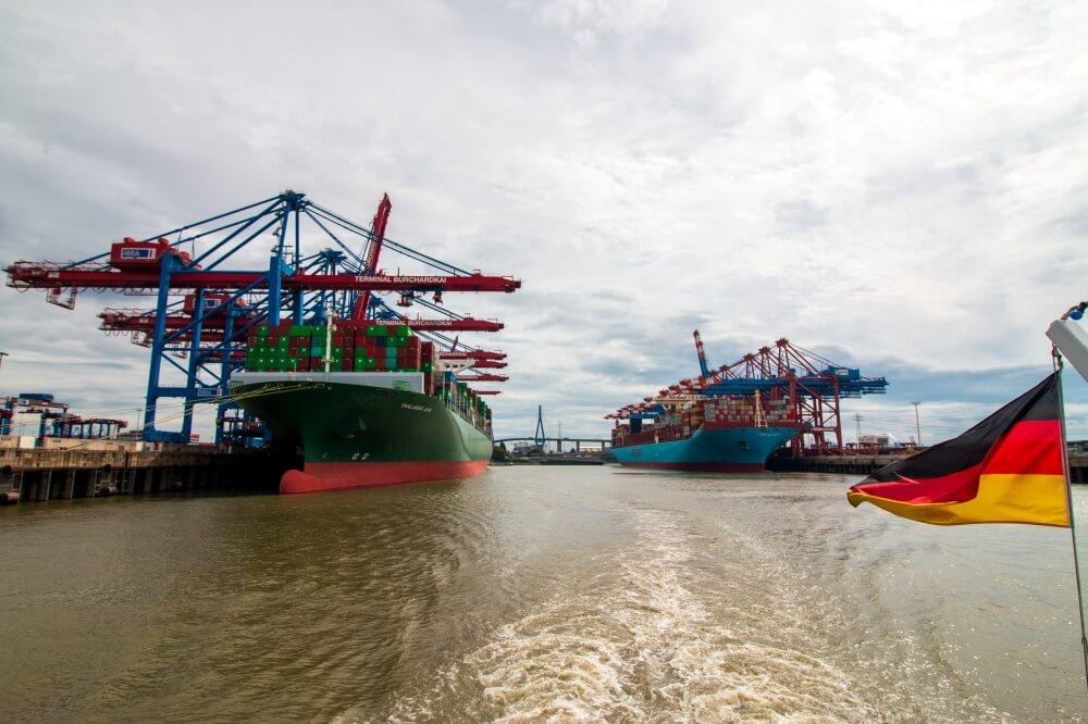 Blick auf Containerschiff am Hamburger Hafen