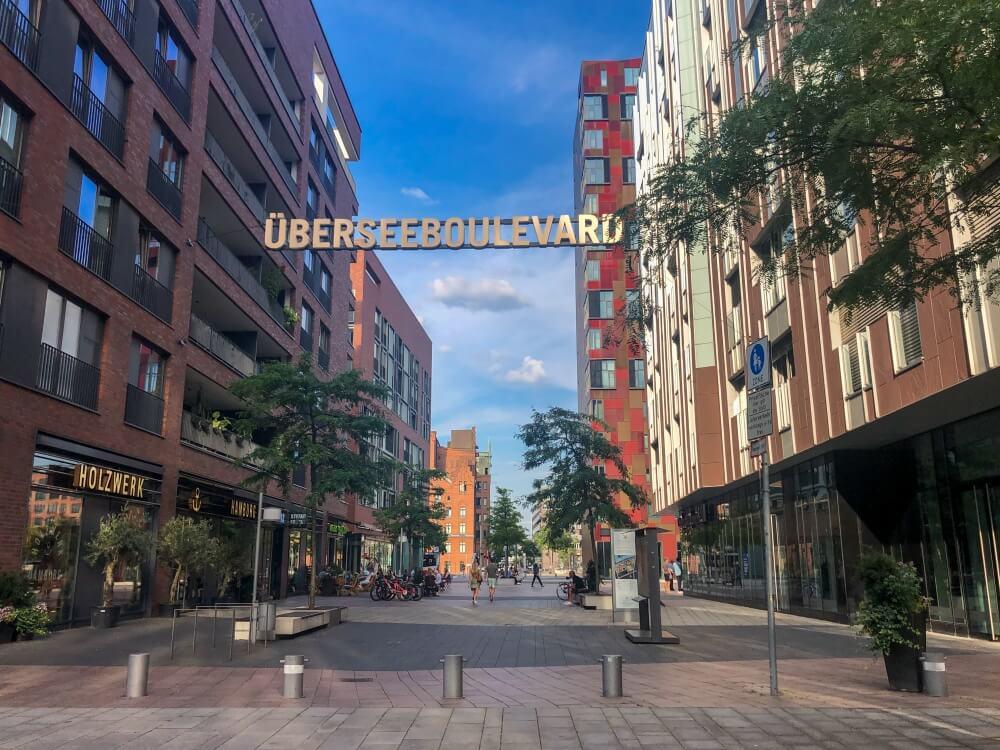 Blick auf Straße mit dem Schild Überseeboulevard