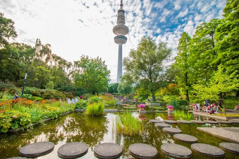 Hamburg Tipps, Park Planten un Bloomen mit Blick auf Wasser und Funkturm