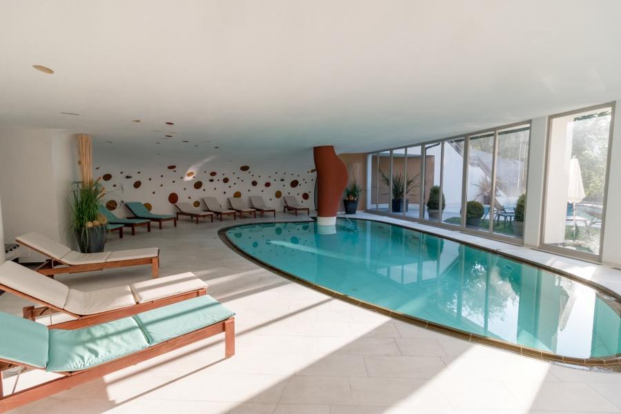 Wellnessbereich des Hotels mit Pool und Liegestühlen