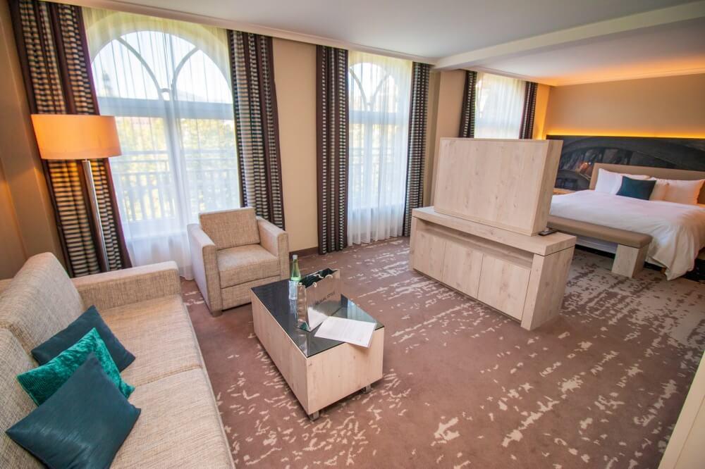 Blick auf Wohnbereich und Bett in Hotelzimmer des Renaissance Hotel Hamburg