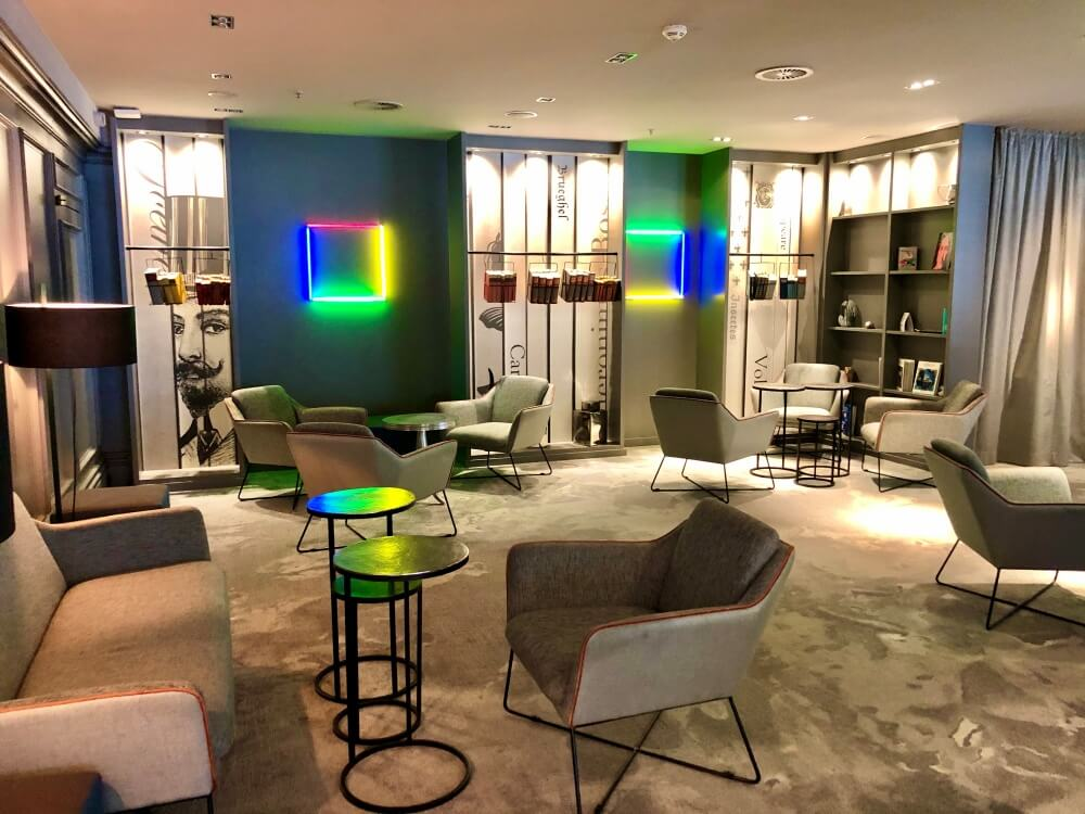 Gemütlicher Sitzbereich im Renaissance Hotel Hamburg