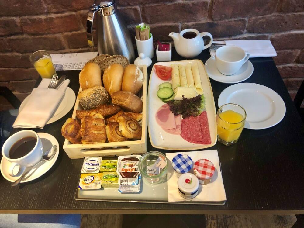 Blick auf gedeckten Frühstückstisch im Hotel