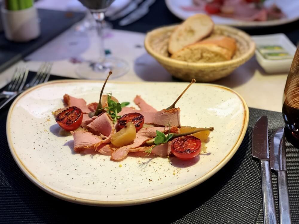 Schön angerichtete Vorspeise im Restaurant Cast Iron Grill Hamburg