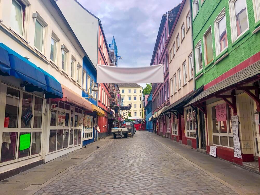 Blick auf leere Herbertstraße in Hamburg