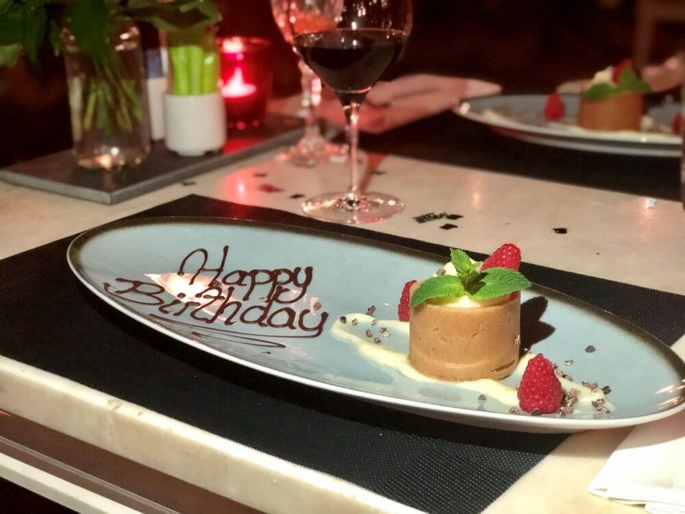 Nachspeise mit Schriftzug Happy Birthday auf Teller