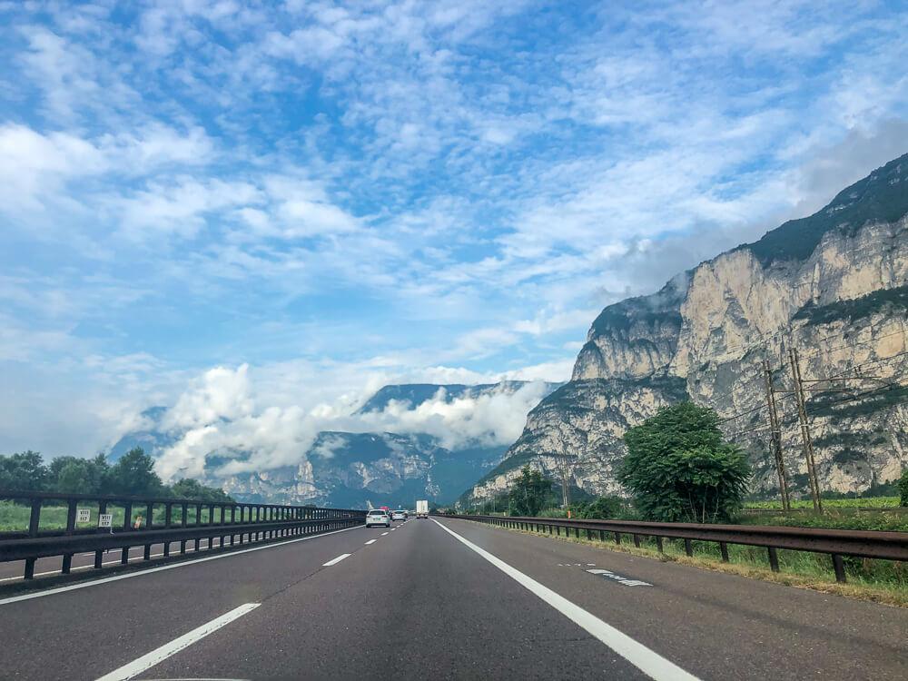 Straße auf dem Weg nach Bardolino am Gardasee
