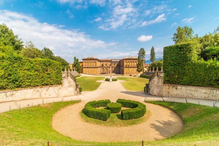 Sicht auf runden Platz mit grüner Hecke im Boboli Garten