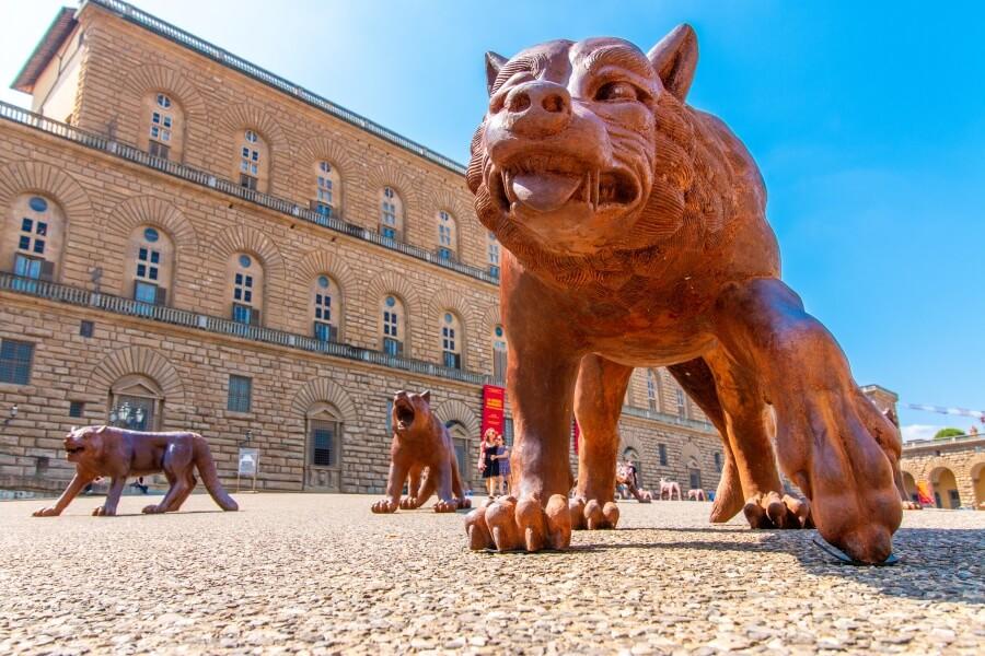 Florenz Sehenswürdigkeiten, Figur eines Wachhundes vor Palazzo Pitti in Florenz