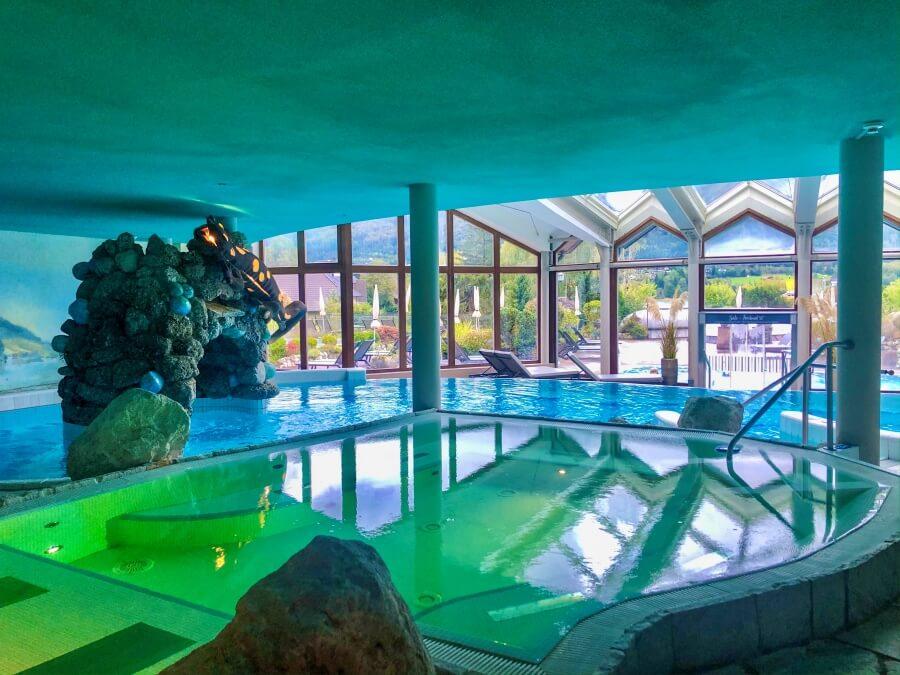 Blick auf Poollandschaft im Hotel Ebners Waldhof