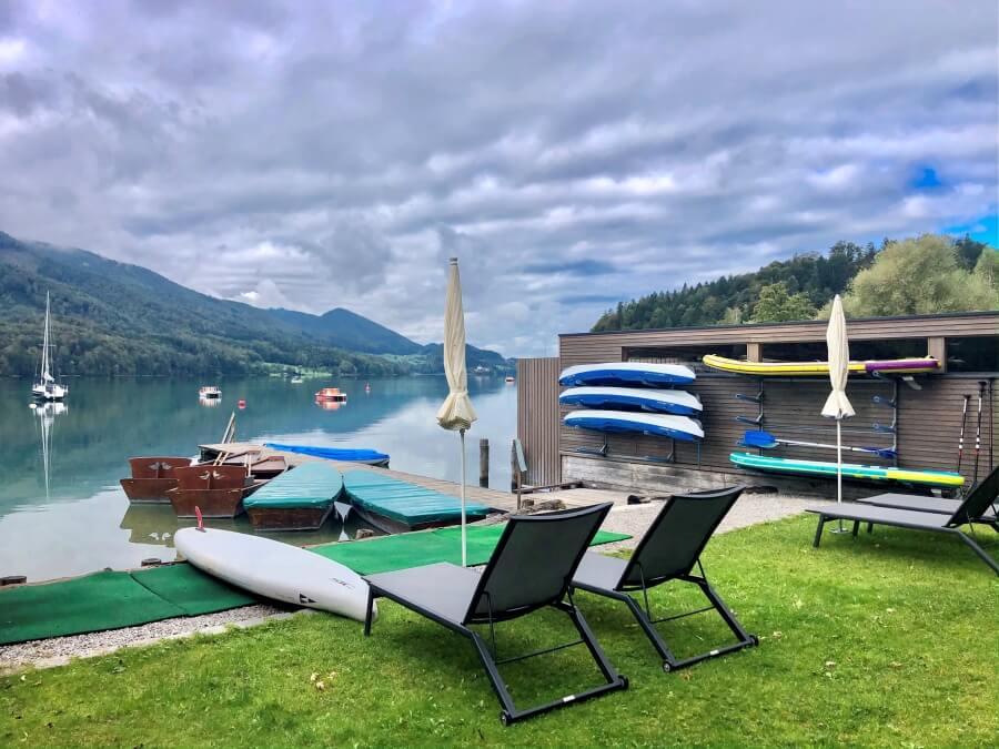 Boote und Liegestühle am Fuschlsee, Freizeitangebot Hotel Ebners Waldhof