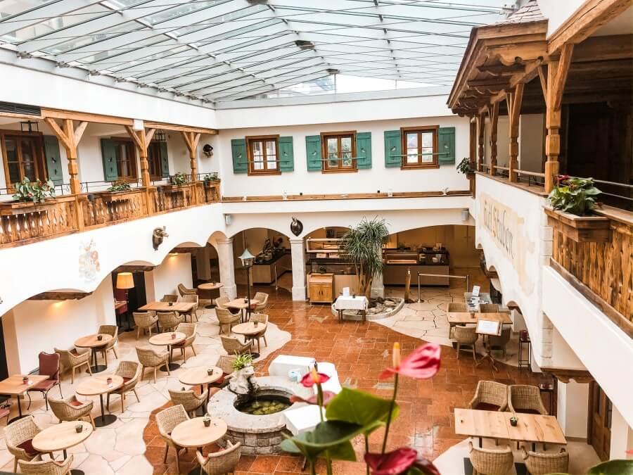 Blick von oben auf Restaurant im Hotel