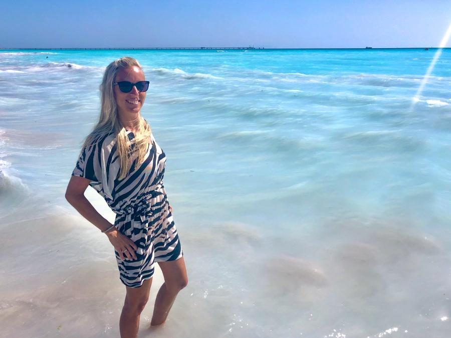 Frau steht in türkisem Meer in Vada in der Toskana