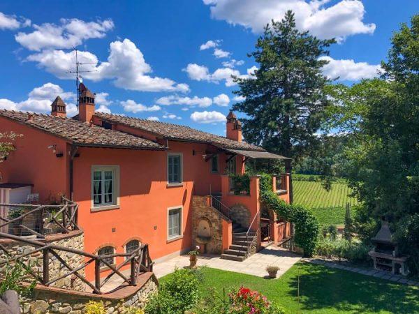 Agriturismo Villa Le Vigne Außenansicht der orange gestrichenen Apartments