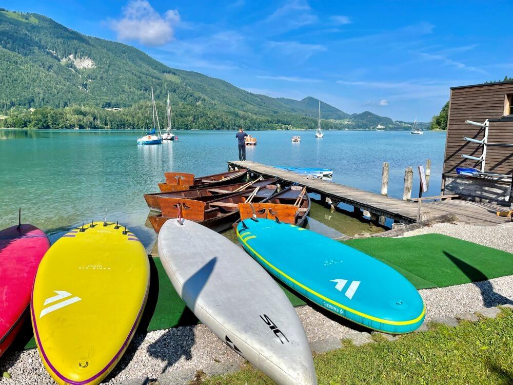 Ebners Waldhof am See, bunte Standup Paddles am Fuschlsee
