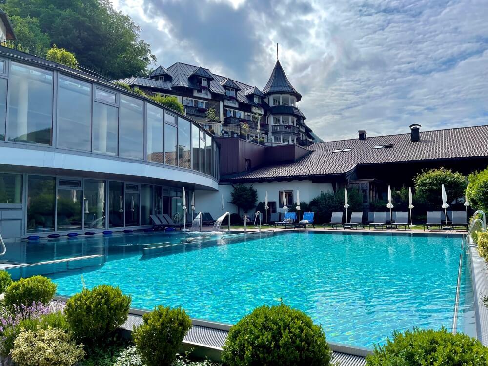 Blick auf Außenpool im Hotel Ebners Waldhof am See