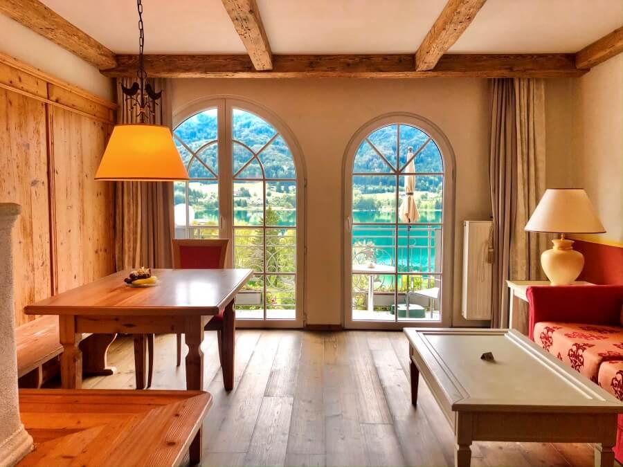 Blick durch Balkonfenster auf Fuschlsee