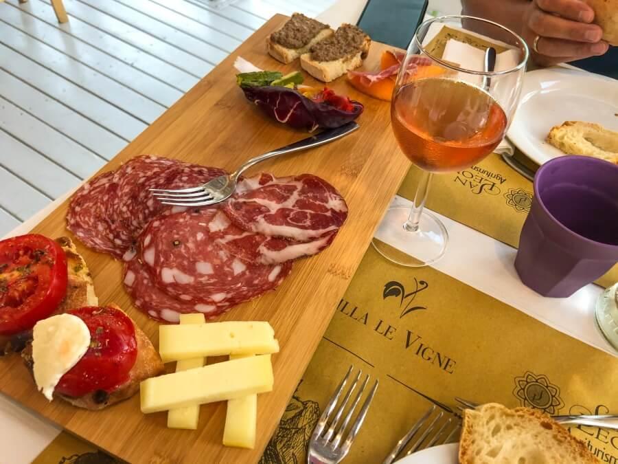 Vorspeisenbrett mit Salami, Schinken und Käse im Agriturismo Villa Le Vigne
