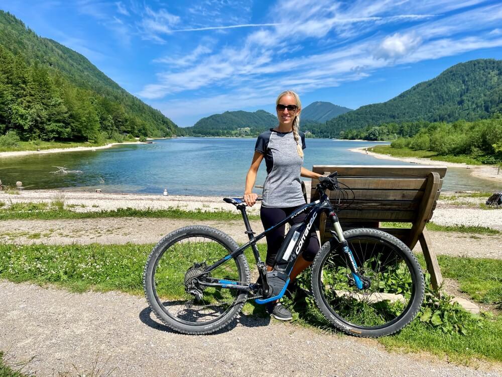 Frau vor Fahrrad am See, Ebners Waldhof am See