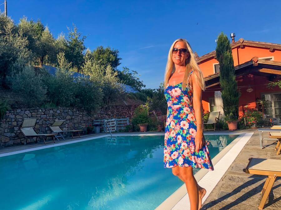 Agriturismo Villa Le Vigne, Frau mit Kleid steht am Pool