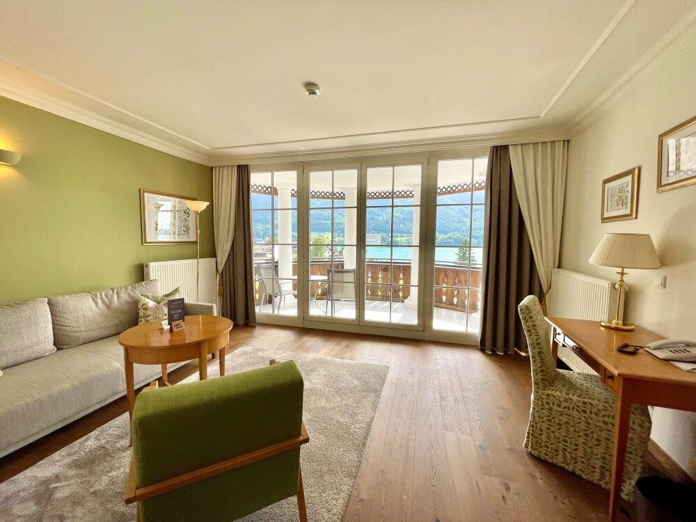 Innenansicht Wohnbereich im Hotelzimmer