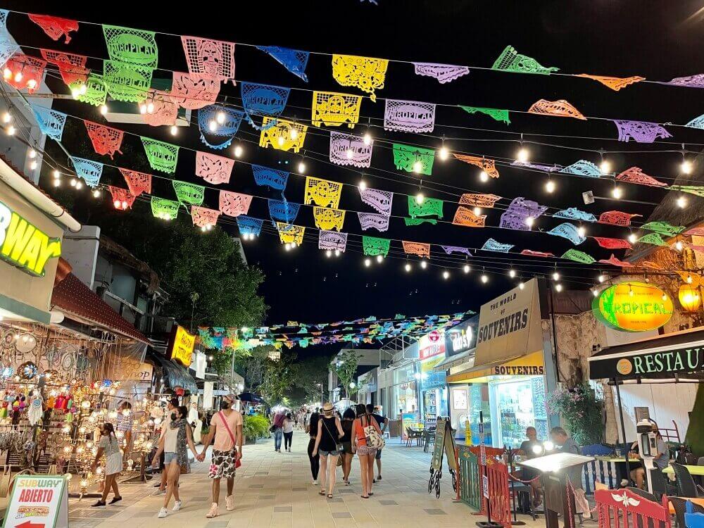 Die Fußgängerzone in Playa del Carmen mit bunten Fahnen oberhalb der Straße