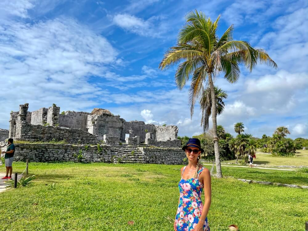 Frau vor Maya-Ruinen in Tulum