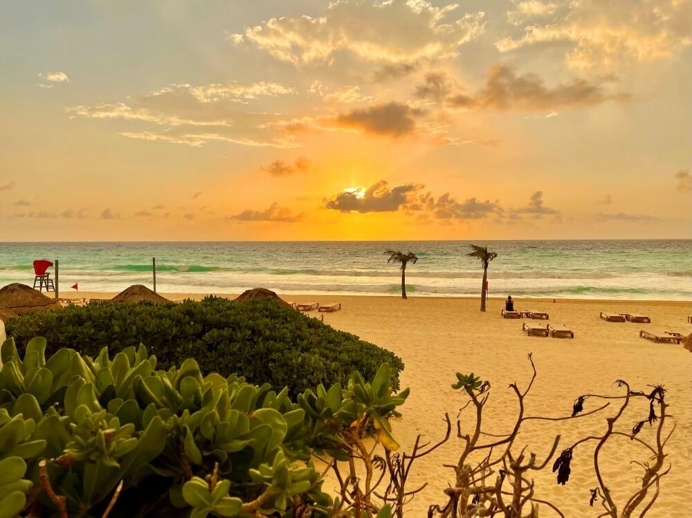 Sonnenaufgang in Cancun am Strand