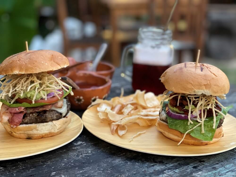 Leckere Burger mit Chips