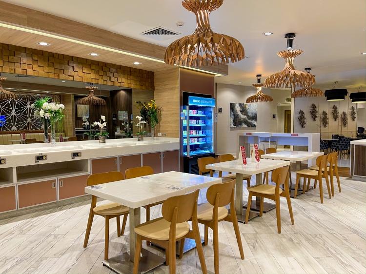 Business Class Lounge in Cancun, Blick auf Tische und Stühle