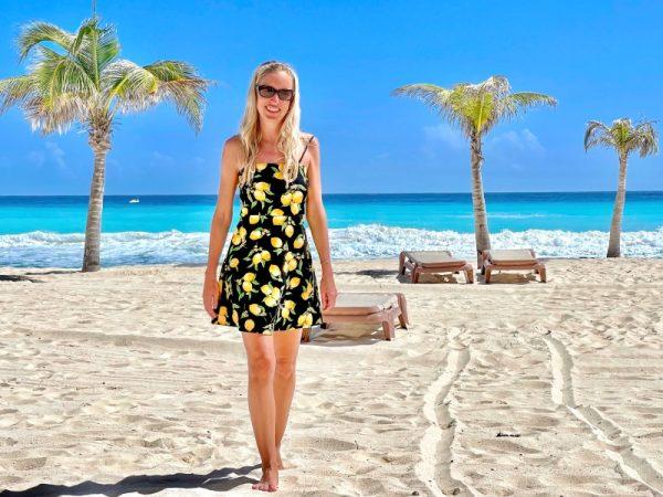 Mexiko, Frau im Kleid steht am Strand mit Palmen